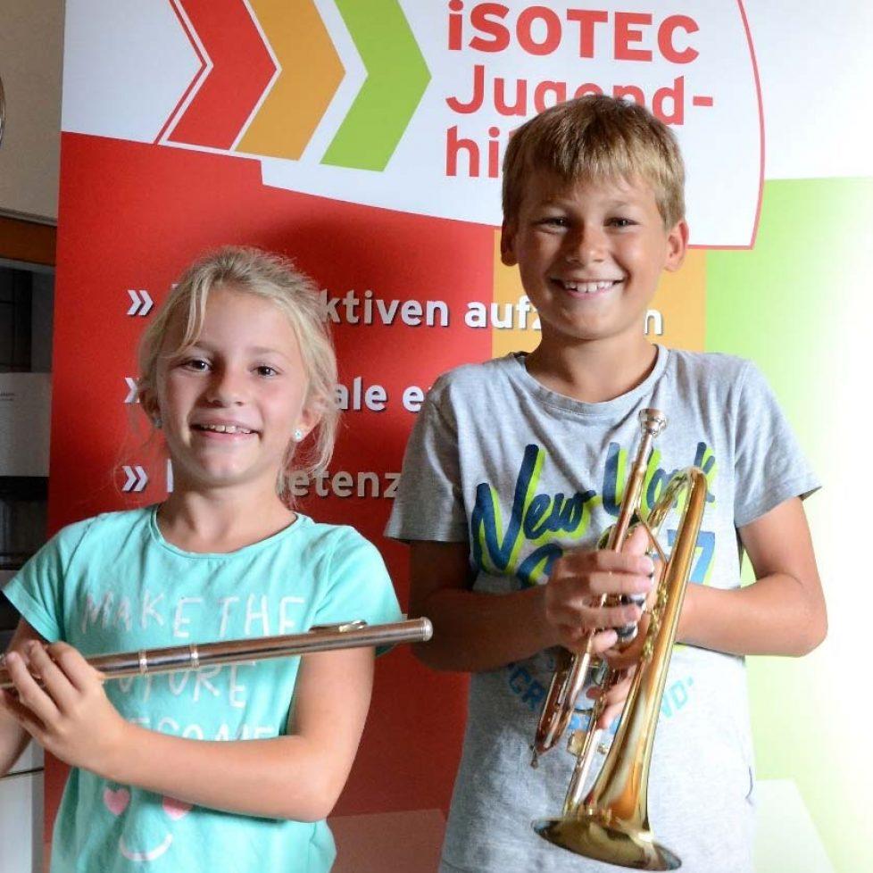 Lilli und Max freuen sich über ihre Instrumente